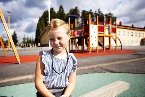Kärjenniemen koulun ekaluokkalainen Josefiina Järvi odottaa jo malttamattomana, että saisi läksyjä.