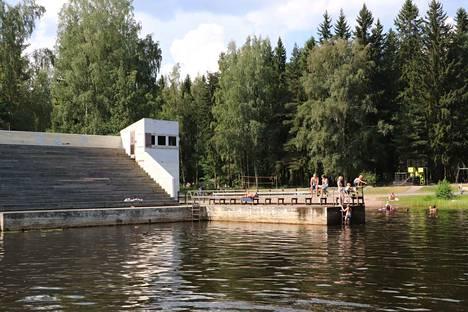 Kirjaksen uimalaan liittyy lukuisia muistoja. Tuija lähetti omia muistikuviaan 70-luvun alusta, jolloin hän oli maalariopiskelijana kesätöissä Kirjaksella.