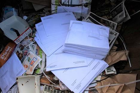 Paperinkeräyslaatikosta löytyi 50 kirjeen pinkka koronatiedotteita. Lisäksi joukossa oli irtokirjeitä.