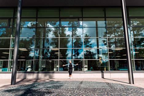 Kirjastotalon upeat ikkunat ovat Niinan mieleen. –Et piilottele, vaan olet oma itsesi. Aito ja avoin.