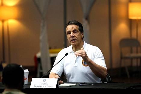 New Yorkin kuvernööri puhui mediakonferenssissa maaliskuussa. Hän vastustaa koronavirusrajoitteiden liian nopeaa ja vaarallista purkua.