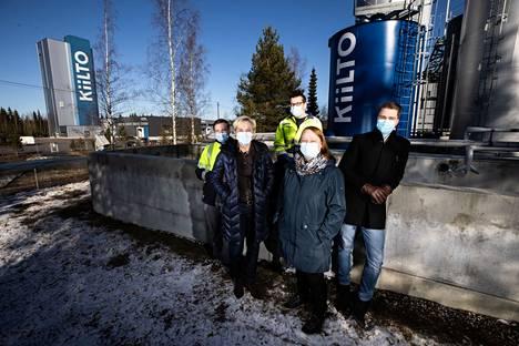 Tässä porukassa välitetään työkaverista. Vaikka Kiilto on kasvanut ja kansainvälistynyt, yrityksessä on säilynyt vahvasti perheyrityksen henki. Kuvassa ovat Matias Hamnström (edessä oik.), Satu Jyräkoski, Tiina Niemi ja Christopher Mills, sekä Mika Järvinen (takana keskellä).