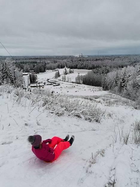 Sanna Kulmalan vauhdikkaassa kuvassa Venla Kulmala laskee liukurilla upeissa maisemissa Korkeakankaan huipulta 2. tammikuuta.