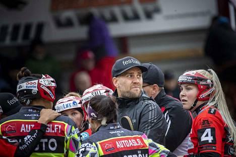 Pesäkarhujen pelinjohtaja Sami Österlund ei ole joutunut viime kauden kaltaiseen pelaajaralliin, kun ryhmä on ollut terveenä ja peli on aikataulussa.