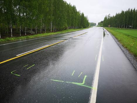 Onnettomuuspaikalla oli seuraavana päivänä maahan piirrettyjä viivoja.