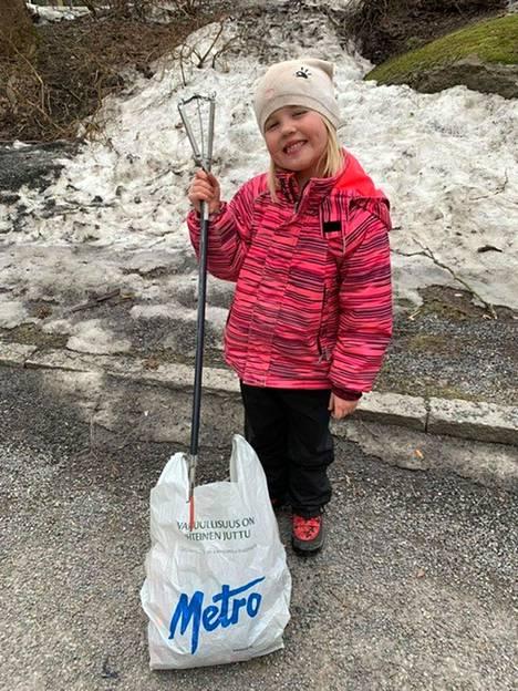 Mimmi Naukkarinen, 6, sai tunnin aikana pussiin 58 maskia. Myös muita roskia löytyi matkan varrelta.