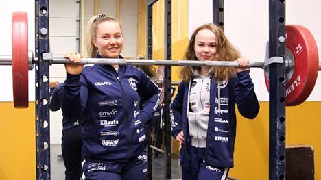 Tuulia Lohivuo (vasemmalla) ja Olivia Kyösti takoivat viime viikonloppuna tauluun kovat lukemat Porin voimanostokilpailuissa.