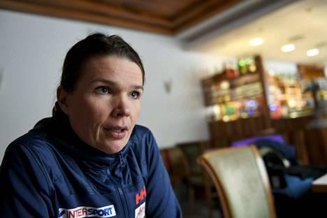 Maarit Valtonen on kiertänyt muun muassa olympiakisoissa ja hiihdon arvokisoissa Suomen joukkueen mukana.