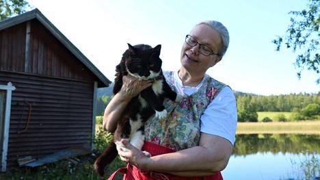 Uusi-Yijälän tilan ja Ravintola Patapirtin yrittäjällä Tarja Uusipaastolla oli perjantaina mukavan kiireinen päivä. Mosse-kissa ei ollut aamulla poseeraustuulella.