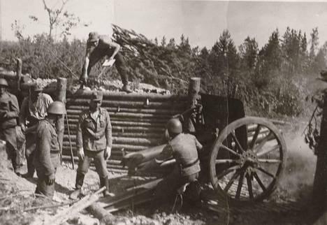 Kanuuna ampuu kohti Ilmeen kirkonkylää.