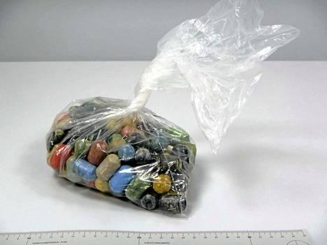Ttutkinnan yhteydessä takavarikoitiu 833 gramman kokaiinierä nielemiskapseleina.