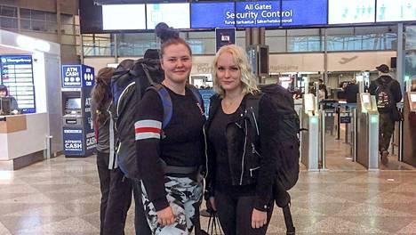 Senni Komulainen (vas.) ja Saara Pohto tapasivat ensimmäisen kerran Helsinki-Vantaan lentoasemalla.