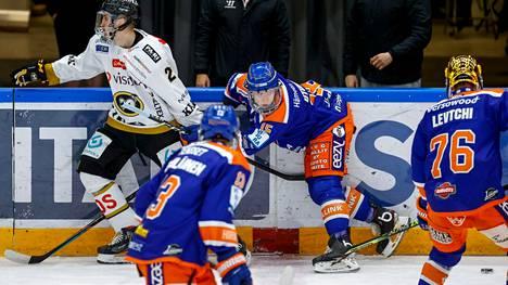 Toni Utunen (takana) laukoi Tapparan ainoan osuman Kärppiä vastaan.