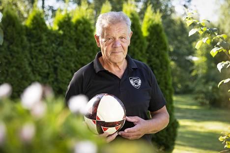 Aki Rosenbom on henkeen ja vereen jalkapallomies. Kipeä selkä on haitannut tekemistä nyt noin puolitoista vuotta, ja siinä kaikkein huonointa on hänen mielestään se, kun ei pääse pelaamaan jalkapalloa.
