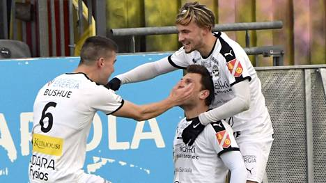 Hakan Jacob Bushue (vas.), Donaldo Acka ja Maximus Tainio juhlivat joukkueen 2–0- maalia Espoossa.
