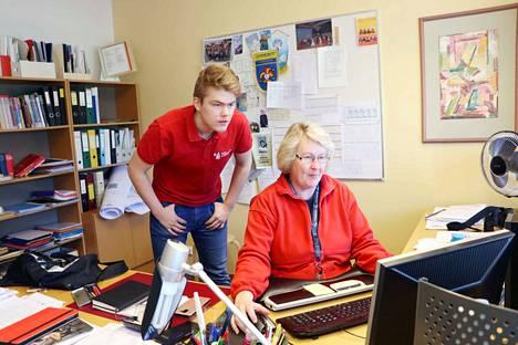 Siinä ne ovat. Kirjoittaja Lauri Aila ja rehtori Helena Korkeakoski pääsivät ruuhkaisesta palvelimesta läpi katsomaan tuloksia.
