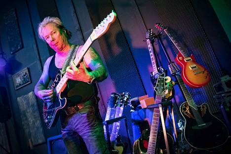 Iku Tukiaisella on melkoinen kitarakokoelma. Jokaisella kitaralla on myös oma tarinansa. Kuvassa Tukiainen soittaa kitaraa, jonka hänen ystävänsä on tehnyt hänelle. Kitaralla on nimikin, Purple Dream.