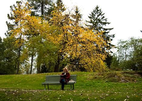 Viola Portimojärvi käveli Hämeenpuiston kautta Näsinpuistoon lukemaan. Hän lukee puistoissa niin kauan kuin vain suinkin tarkenee. Sunnuntaina hän luki Pajtim Statovcin Bolla-teosta.