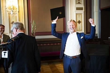 Tuukka Huttunen tuuletti riemukkaasti palkintojenjakotilaisuudessa Raatihuoneella.