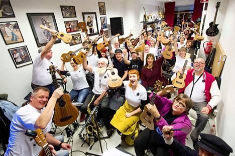 Tampereen ukuleleorkesteri harjoittelee historiansa suurimpaan konserttiin Hämeenpuistossa Tampereen Kitarakoulun tiloissa.  Tämä on arkistokuva.