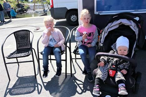 Herkkusuut. Sammin tytöt Elviira, Helmiina ja Hilmaliina Tuulensuu nauttivat jäätelöstä heti Meripäivän aluksi. Vanhemmat Hannamari ja Tommi Tuulensuu saivat myös huomata, että Merikarvialla todella paistaa aina aurinko.
