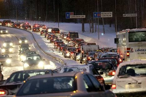 Pyryn päivän lumipyry sotki totaalisesti Tampereen työmatkaliikenteen keskiviikkona 1. marraskuuta 2006.