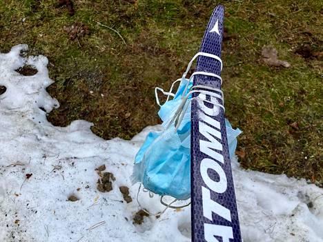 Mari Leskinen Hatanpäältä löysi maskeja hiihtoladun lähtöpaikalta. Hiihtolenkin jälkeen hän keräsi ne suksen nokkaan.