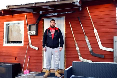 Jarno Mattilan miesluolan teema käy selville jo ulko-ovella.