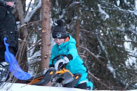 Päivänsankari Jermu Salminen valmistautuu omaan laskuunsa rattikelkkakisassa. Se voitti joka laski pisimmälle. Taustalla Reino Nurminen.