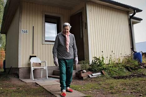 Aili Mäki asuu vielä yksin kodissaan Harjavallan Hiirijärvellä. Pojat käyvät katsomassa ja auttelemassa äitiään lähes päivittäin.
