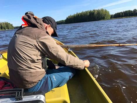 Pohjois-Savon Ely-keskuksen hydrobiologi Veli-Matti Vallinkoski tutkii Rautalampi-järveä maanantaina.