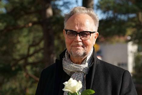 Laulaja Timo Kojo saapui kädessään valkoinen ruusu.