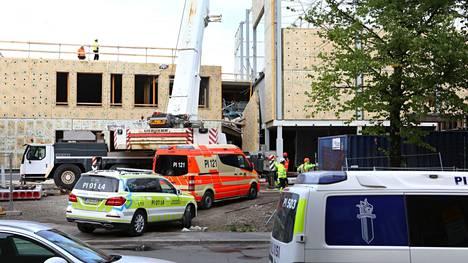 Sammon koulun ja päiväkodin työmaalla Tampereella sattui vakava onnettomuus 26. elokuuta. Poliisi ja aluehallintovirasto tutkivat onnettomuuden syitä.