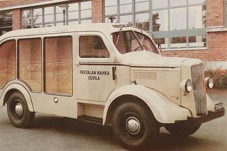 Kuusi harjavaltalaista kädentaitajaa entisöi Friitalan nahkatehtaan 50-vuotiaan somistus- ja messuauton Morris Commercialin. Entistäminen kesti kolme vuotta, ja työtunteja siihen käytettiin yli 3000.