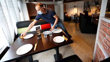 Ravintoloissa voi jälleen maanantaina syödä ruokansa paikan päällä, vaikka Satakunnassa onkin rajattu tiukasti anniskeluaikaa ja aukioloa ylipäänsä.