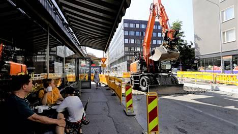 Vesijohtoverkostoa remontoidaan Näsilinnankadulla. Kadulla on kaksi monttua, joista toinen on Näsilinnankadun ja Puutarhakadun risteyksessä.