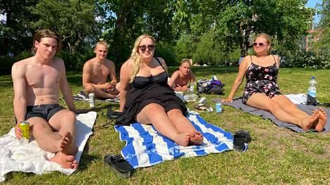 Huh hellettä! Tamperelaiset Petteri Pelkonen (vas.), Kalle Havulinna, Salla Siren, Juho Sallinen ja Irina Saari olivat ottamassa aurinkoa ja viettämässä Petterin syntymäpäiväjuhlia Mältinrannassa Tampereella.
