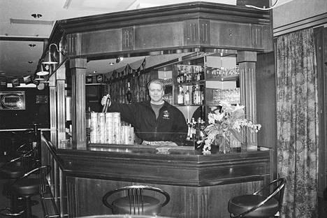 Caracas Clubin ensimmäinen ilta 6. syyskuuta 1996 oli menestys, väkeä oli paljon Harjavallastakin. Ravintolan toiminta keskittyi yläkerran ravintolasaliin, alakerran pub jäi tyhjilleen. Ravintola panosti viikonloppuisin diskoiluun ja viikolla pubiin.