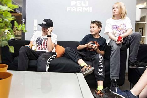 Tampereen nuorisopalvelut järjestää vuosittain pelileirejä peleistä kiinnostuneille nuorille. Kaksoset Timka ja Joona Nurminen sekä leirikaveri Urho Rouvinen kisailevat Nintendo switch -konsolilla.