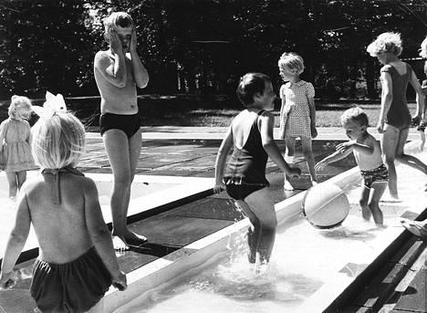 Tampereen puistoissa on voimisteltu, urheiltu, nautittu elämästä ja kulttuurista, rentouduttu, juhlittu,  järjestetty piknikejä ja leikitty. Sorsapuistossa oli näin suosittu lasten kahluuallas 1970-luvulla. Milloin se purettiin? Olisiko ideaa perustaa se entistä ehompana uudelleen?