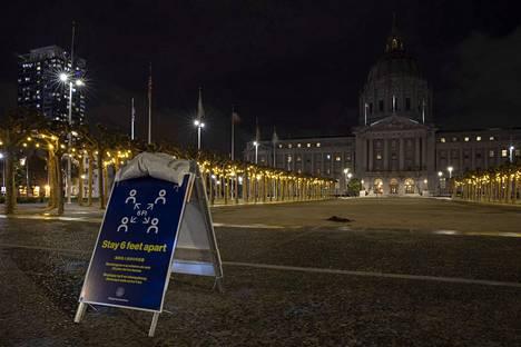 Kesken koronapandemian maapallolta sammuivat valot tunniksi 28.3.2020, kun Earth Hour muistutti ilmastonmuutoksesta. San Franciscon kaupungintalon koristevalot hämärtyivät Kaliforniassa.