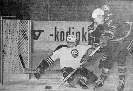 Lasse Oksanen harhauttaa ja iskee kiekon TPS:n verkkoon jääkiekon SM-sarjan kamppailussa.