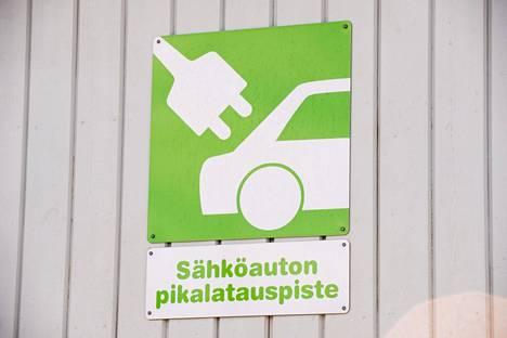 Sähköauton pikalatauspiste ABC-asemalla Espoossa.