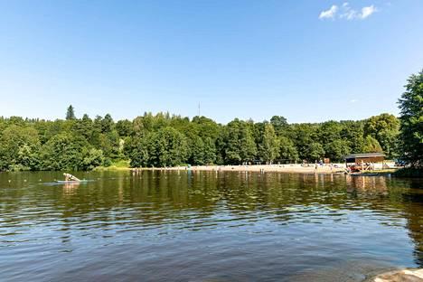 Pyynikin uimarannalla ei ollut niin tiiviisti väkeä kuin Rauhaniemessä.