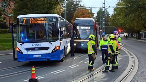 Linja-auto ja ratikka kolaroivat pääkirjasto Metson kohdalla Tampereella keskiviikkona.