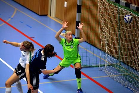 FC Nokian Sini Sulonen ja maalivahti Emmi Kortesmaa eivät onnistuneet estämään Kontun kulmapotkusta syntynyttä avausosumaa.