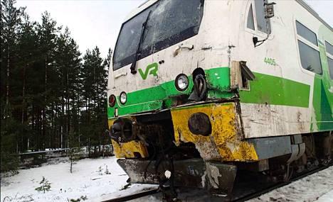 Kiskobussi törmäsi kuorma-autoon noin sadan kilometrin tuntinopeudella.