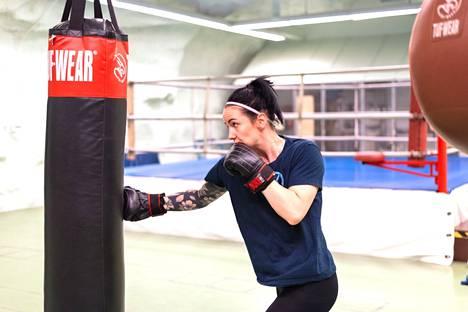 – Nyrkkeily on harrastuksena haastava. Kyllä mä monesti olen miettinyt, että mitä hittoa mä olen oikein kuvitellut, mutta haluan näyttää itselleni, mihin minusta on. Nyt on sen aika.