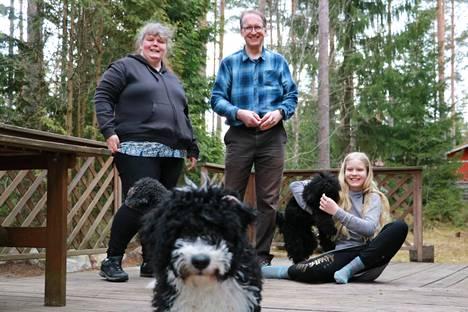 Pia Heikkinen, Esa Heikkinen ja Reetta Heikkinen harrastavat yhdessä koiria. Tällä hetkellä jokaisella on oma koira. Edessä oleva Io-pentu harjoittelee Esan kanssa, Reetan sylissä oleva Luna hänen kanssaan ja Voltti Pian kanssa.
