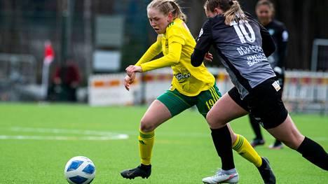 Pallo-Iirojen kasvatti Sofia Määttä pelaa sarjatasolla Kansallisessa liigassa Ilveksen paidassa.